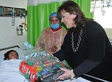 Un niño emfermo recibe regalos la Navidad pasada