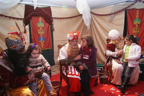 Los pajes recibiendo a los niños  en la Jaima el año pasado