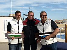 El presidente del RCNT entrega el trofeo a los campeones
