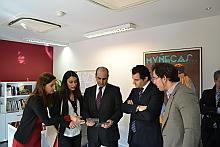 El alcalde entrega el documental para su custodia al IVAC