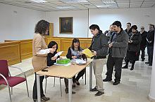 Entrega de ayudas a estudiantes universitarios por parte de la edil  de educación, Rosario Martínez