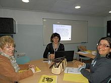 La técnica en un momento de la conferencia con dos de las asistentes