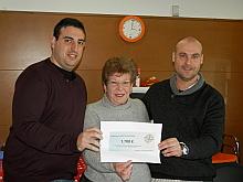Matilde Sánchez, recibe de Rubén y Pablo el cheque simbólico del donativo