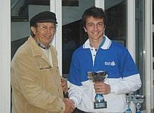 Vernon recibe el Trofeo