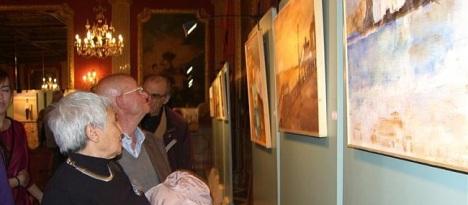 Visitantes observan las obras de la anterior edición (Foto Archivo O.T,)