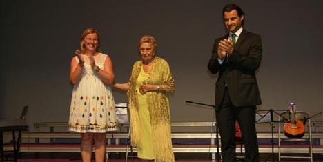 """Quinita Bosch, primera """"Ciudadana del Año"""" entre  Agustina Esteve y el alcalde Eduardo Dolón"""