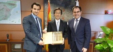 El alcalde y del diputado de turismo con el Embajador de Japón