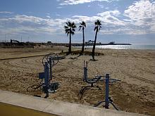 Aparatos de ginmasia para mayores, en la playa