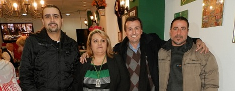 """Rosa Martínez, Presidenta de la Casa de Andalucía """"Rafael Alberti"""" de Torrevieja con los galardonados con el título de """"Andaluz del Año"""""""