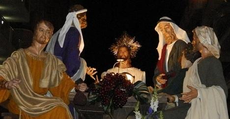El paso de la Última Cena de Jesús. necesita costaleros para desfilar mañana