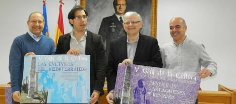 Luis Maria Pizana con miembros de ars Creatio muestran los carteles promocionales del evento