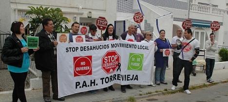 Los miembros de Stop Desahucios esperaron seis horas sin resultado (Foto: F. Reyes)
