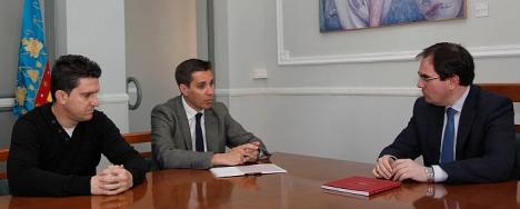 Joaquín Albaladejo, con los responsables de la Guía ayer el Alicante