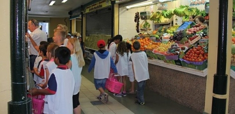 Los niños aprenden a comprar y valorar los alimentos