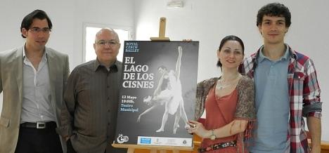 El concejal de Cultural, Luis María Pizana, con el promotor y los principales artistas del espectáculo