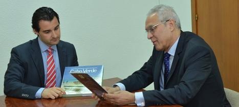 Eduardo Dolón y Pepe durane el intercambio, protocalrio de regalos