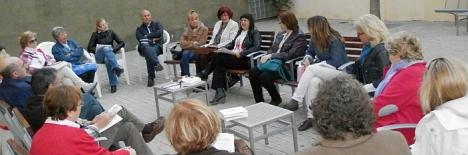 Rosa Muñoz, en el centro, en la reunión de ayer en el Patio de la Biblioteca