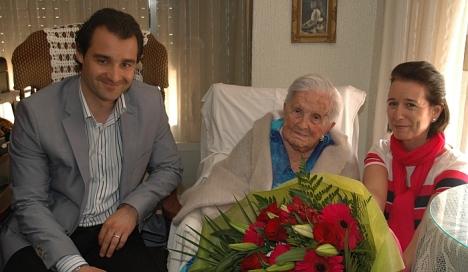 Josefina Balnco, entre el Alcalde, Eduardo Dolón y la concejal de Tercera Edad, Inmaculada Montesinos