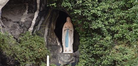 Imagen de Ntra. Sra. de Lourdes, en la gruta de su santuario