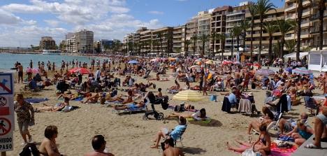 La Playa del Cura, en pleno centro la ciudad, recupera la Bandera Azul