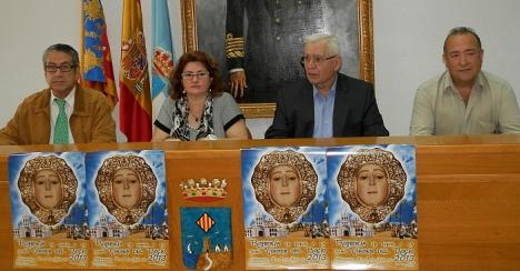 Lola Sánchez con el presidente de la Hermandad de la Virgen del Rocío Vicente Triviño y parte de su ejecutiva