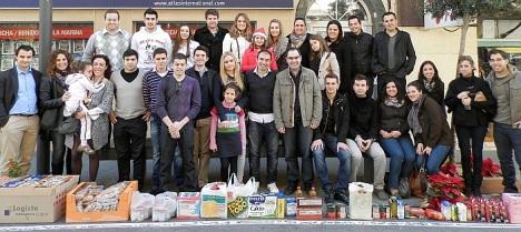 Jóvenes de la NN.GG. del PP, en la tradicional Linea Solidaria de cada navidad