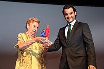El alcalde entrega a Quinita Bosch el galardón el año anterior