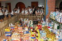Los niños rodean sorprendidos la gran cantidad de alimentos recibidos