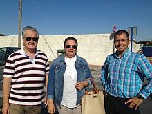 Carmen Gómez, con dos miembros de la Ejecutiva