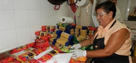 Una voluntaria, selecciona la comida recibida para ayuda a los beneficiarios de Alimentos Solidarios