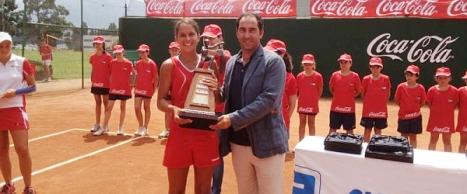Eva Guerrero, recibe su trofeo