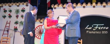 Agustina Esteve recibe el escudo, de manos del alcalde de Torre pacheco Dniel