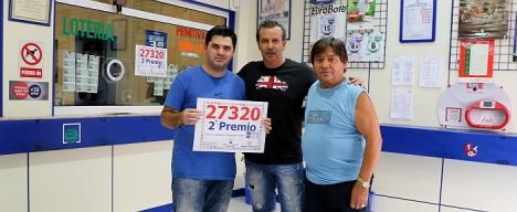 Los administradorfes, con el cartel que acredita el premio, ayer (Foto Joaquín Carrión)