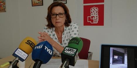 Dora Fernandez, ayer en rueda de prensa, a la derecha la table donde emitió un video con 63 establecimientos vacios