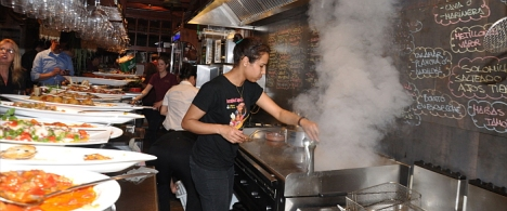 Una cocinera se afana en preparar las tapas en una edición anteripor