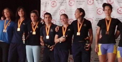 Belén, junto al  resto de la tripulación, recogen las medallas