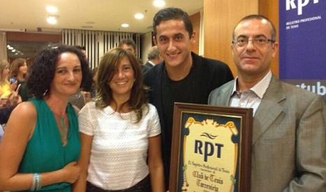 Directivos y tenistas del Club, recogiendo el premio