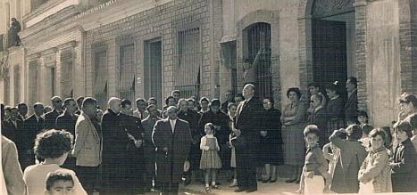 Diego Ramírez Pastor, junto al alcalde Tarin, en un acto en la fachada de la csa de su padre (Archivo: A. Rebollo Ortega)