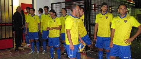 Los jugadores del orihuela, antes de saltar al terrevo de Juego (Mariano Pedrera)