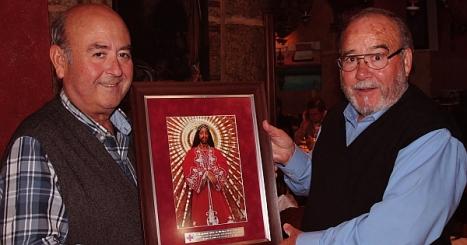 Pepe del Mesón de la Costa, recibe un cuadro de Jesús de Medinacelli