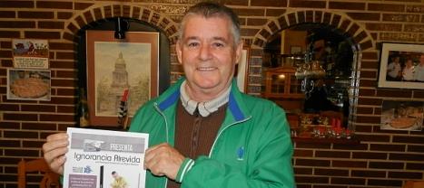 José Lusi con el cartel anunciador de la presentación