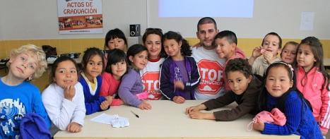 Alumnos del Ciudad del Mar con los miembros de Stop Desahucios