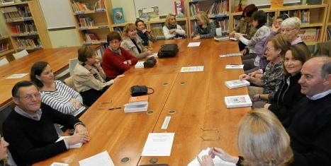 """Miembros del Club de Lectura """"Ambigú"""" en la Biblioteca"""