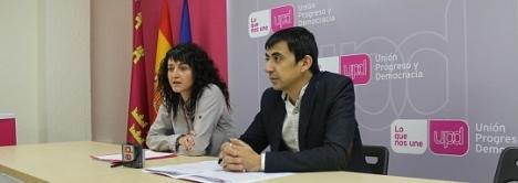 Encarna Hernández, a la izquierda de la imagen, durante una charla