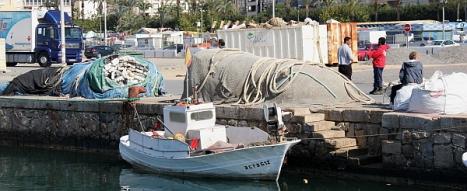 Al fondo, Ramón Sempere, patrón del pesquero que rescató a los tripulantes de la embarcación
