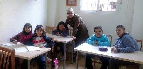 La profesora, Naima con algunos de los niños que siguen las clases