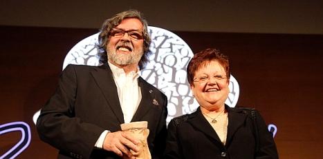 Ramón Pernas recibió el premio de manos de la Presidenta Luia Pastor
