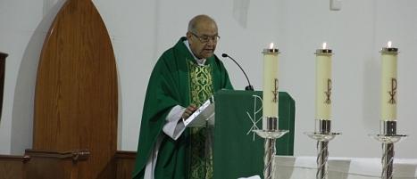 El consiliario Ginés da lectura al acta, en la Misa de ayer