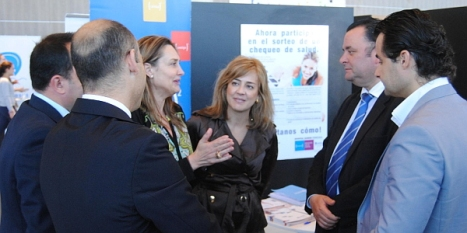La directora médica, Ana González, charlando con el alcalde de Torrevieja, Eduardo Dolón.