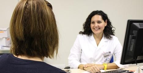 La Dra. Mª Dolores Martos atiende a una paciente